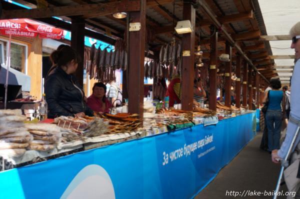 バイカル湖魚市場でならんでいるオームリ画像