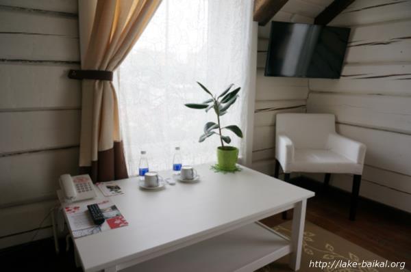 ホテル「マルーシャ」室内テーブル周辺画像