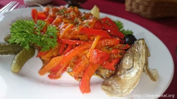 バイカル湖名物オームリ料理「焼いたオームリにトマトソース」画像